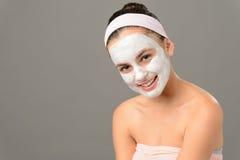 微笑的十几岁的女孩化妆用品面具皮肤秀丽 库存照片