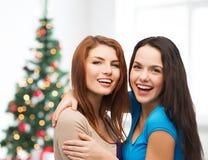 微笑的十几岁的女孩拥抱 图库摄影