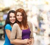 微笑的十几岁的女孩拥抱 库存照片