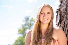 微笑的十几岁的女孩画象  库存照片