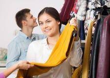 微笑的卖主提议礼服 免版税库存图片