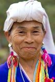 微笑的卡伦部落妇女画象 库存照片