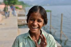 微笑的印第安男孩在斋浦尔 库存图片