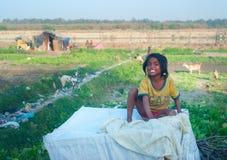微笑的可怜的印地安女孩 免版税图库摄影