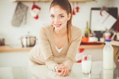 微笑的可爱的妇女吃早餐在厨房内部 微笑的可爱的妇女 库存图片