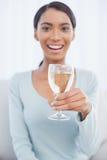微笑的可爱的妇女饮用的白葡萄酒 免版税图库摄影