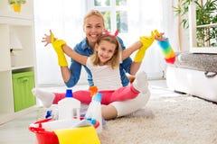 微笑的可爱的家庭准备好清洗的房子 免版税库存照片