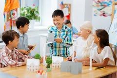 微笑的同学获得乐趣一起在学校 免版税图库摄影