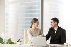 微笑的商人与女实业家握手在办公室, 免版税库存照片