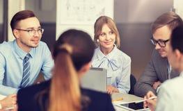微笑的商人会议在办公室 免版税图库摄影