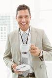 微笑的商人在断裂时间在办公室 免版税库存图片
