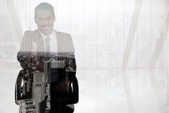 微笑的商人的综合图象在椅子办公室提供的握手的 库存照片