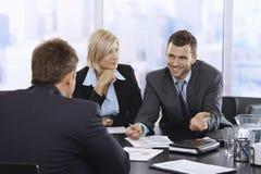 微笑在会议上的商人 图库摄影
