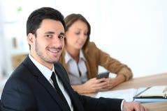 微笑的商人画象与客户的 库存照片