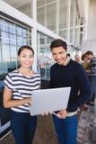 微笑的商人画象有便携式计算机的 免版税库存照片