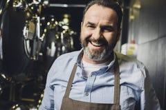 微笑的啤酒厂工作者 免版税库存图片