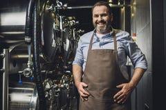微笑的啤酒厂工作者 免版税库存照片