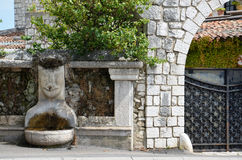 微笑的喷泉和门 图库摄影