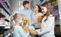 微笑的四口之家在大型超级市场 图库摄影