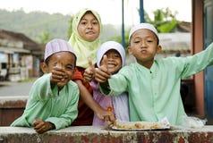 微笑的回教孩子在巴厘岛印度尼西亚 库存图片