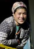 微笑的夏尔巴妇女 免版税库存照片