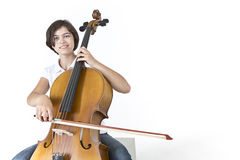 年轻微笑的大提琴球员 库存图片