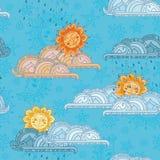 微笑的太阳、云彩和雨在蓝色背景 免版税库存图片