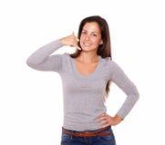微笑的夫人陈列告诉我姿态用手 免版税图库摄影