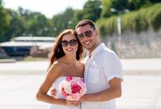 微笑的夫妇在城市 图库摄影