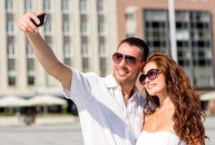 微笑的夫妇在城市 库存图片