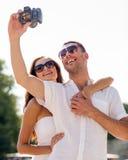 微笑的夫妇在城市 免版税库存照片