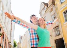 微笑的夫妇在城市 免版税库存图片