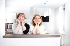 微笑的夫妇在新的家 库存照片
