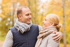 微笑的夫妇在秋天公园 图库摄影