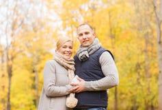 微笑的夫妇在秋天公园 库存照片