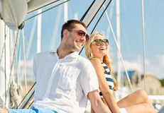 微笑的夫妇坐游艇甲板 图库摄影