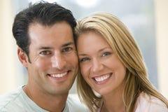 微笑的夫妇户内 免版税库存照片