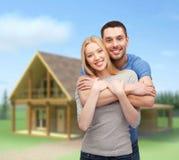 微笑的夫妇拥抱 免版税库存图片