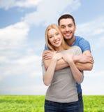 微笑的夫妇拥抱 免版税库存照片