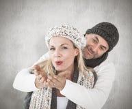 微笑的夫妇的综合图象在冬天塑造摆在 图库摄影