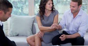 微笑的夫妇签署的合同 股票录像