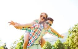 微笑的夫妇获得乐趣在公园 免版税库存图片