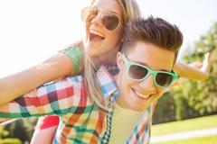 微笑的夫妇获得乐趣在公园 库存图片