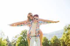 微笑的夫妇获得乐趣在公园 免版税图库摄影