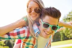 微笑的夫妇获得乐趣在公园 免版税库存照片