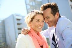 微笑的夫妇画象在市区 库存照片