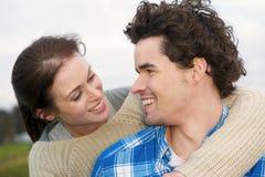 微笑的夫妇 免版税图库摄影