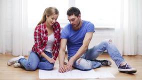 微笑的夫妇discussin图纸在家 股票视频