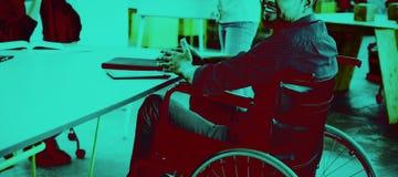微笑的失去能力的商业主管画象轮椅的在会议上 库存图片