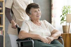 微笑的失去能力的年长妇女 库存图片